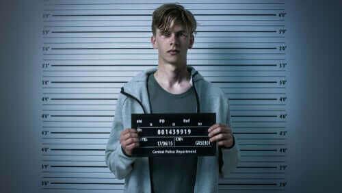 En kriminel mand får taget billede med oplysninger