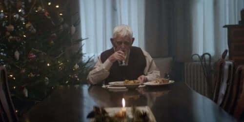 Mand spiser alene