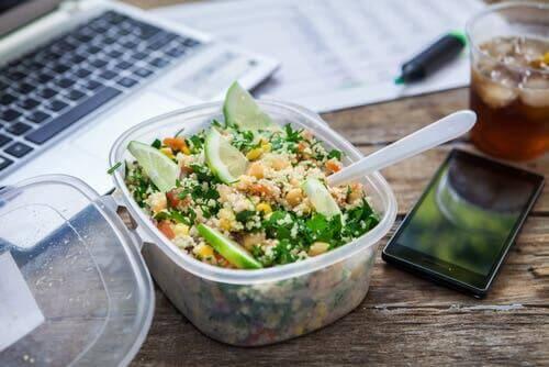 Din kost er en af de vaner, du bør ændre for at bekæmpe virkningerne af et stillesiddende job