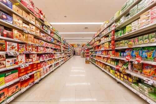 Supermarked med fyldte hylder