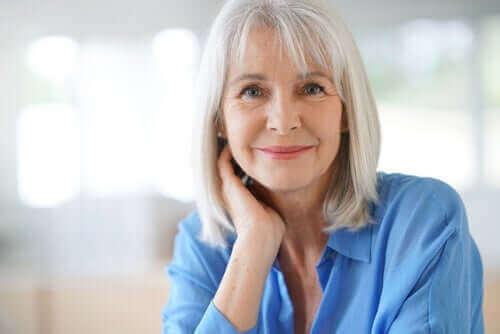 Ældre kvinde smiler til kamera