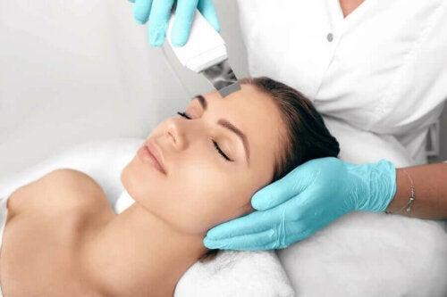 Kvinde får ansigtsbehandling mod hyperpigmentering