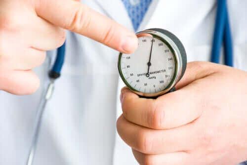 Læge måler blodtryk