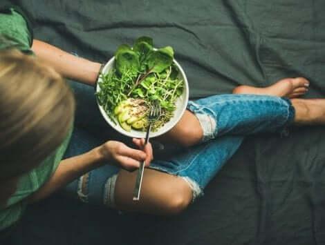 Kvinde med salat