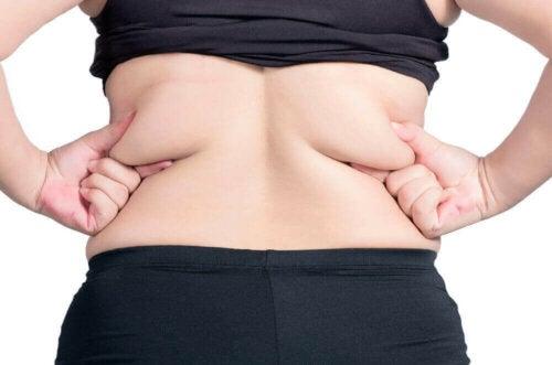 Person med fedt på ryggen overvejer, om man kan fjerne fedt lokalt