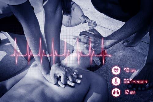Person får hjertemassage og kunstigt åndedræt