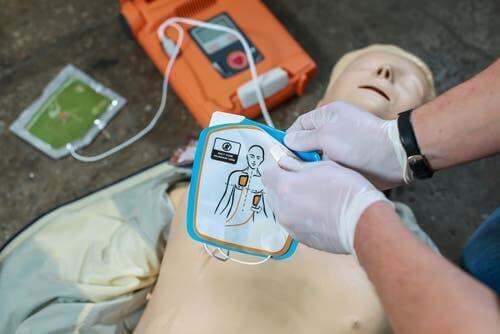 En defibrillator er afgørende for at genoplive en person, der lider af hjertestop