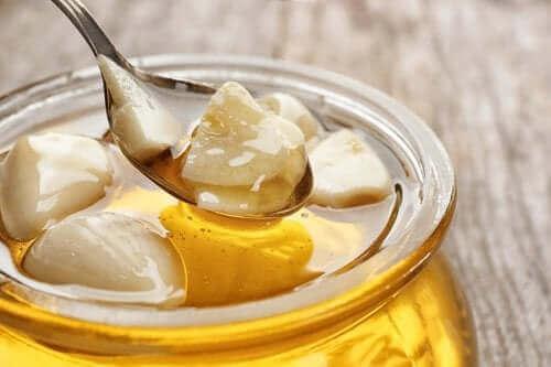 Honning med hvidløg mod strubebetændelse