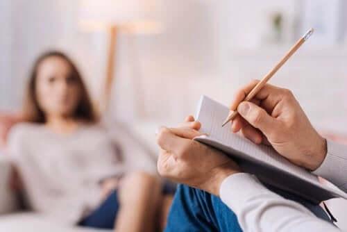 Klient og terapeut illustrerer behandlinger til OCD