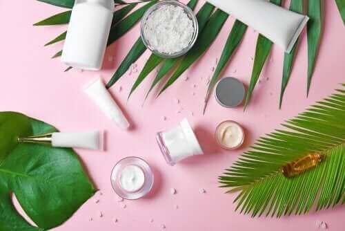 Kosmetik på lyserød baggrund