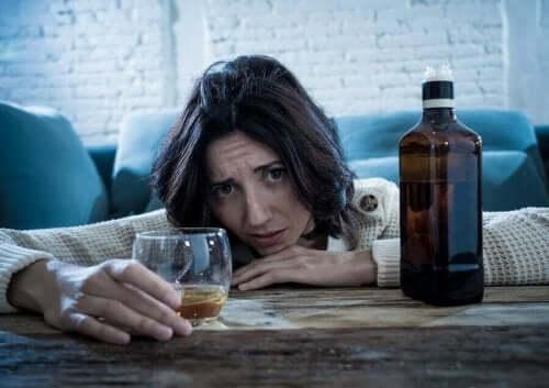 Kvinde prøver at stoppe med at drikke alkohol for at undgå kræft