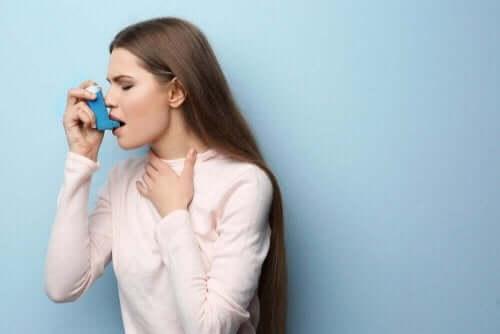 Kvinde med astmamedicin