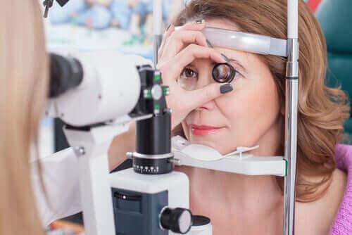 Kvinde testes for, om hun er farveblind