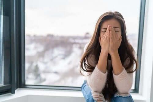 PTSD kan ændre en persons adfærd, som denne ængstelige kvinde oplever