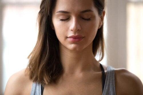 Kvinde mediterer for at forbedre sit følelsesmæssige helbred
