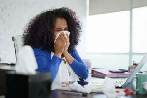 Kvinde nyser, fordi influenza spredes nemmere om vinteren