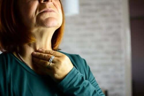 Kvinde oplever symptomer på strubebetændelse