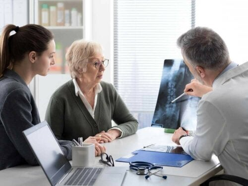 Læge taler med patient om knoglemetastaser