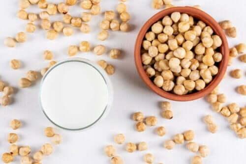 Hasselnøddemælk og hasselnødder på bord og i skål