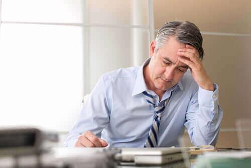 Stresset mand viser, at stress forårsager grå hår