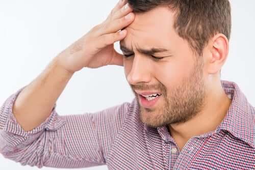 Mand tager sig til hoved på grund af misofoni