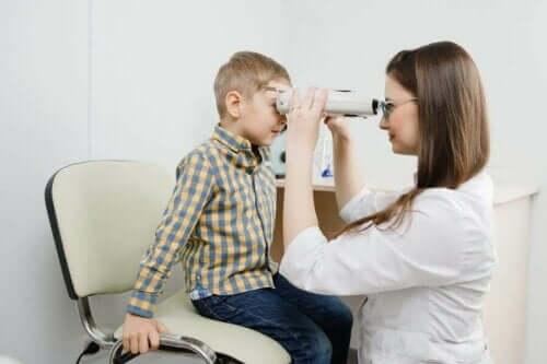 Retinoblastom: Symptomer, årsager og behandling