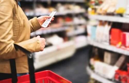 Person handler ind og overvejer, hvordan tilsætningsstoffer til fødevarer påvirker kroppen