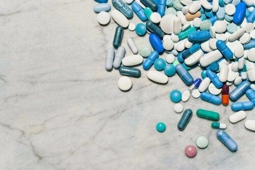 Hele piller på bord, selvom nogle vælger at knuse medicin