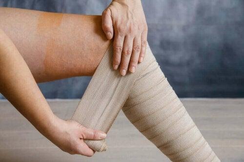 Person anvender støttebind på ben