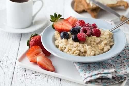 Fødevarer som frugt, æg og havre er gode muligheder for en sund morgenmad