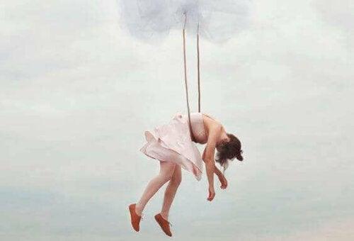Ballerina hænger i reb på himmel