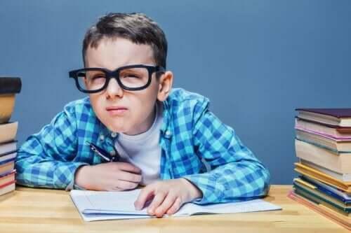 Dreng kniber øjnene sammen grundet bygningsfejl hos børn