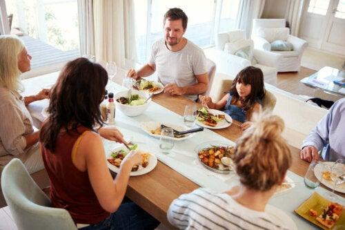 Familie spiser aftensmad sammen