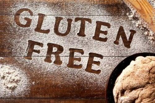 Glutenfri skrevet i mel på bord