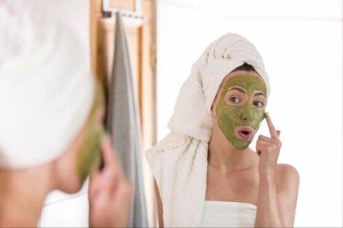 Kvinde påfører ansigtsmaske