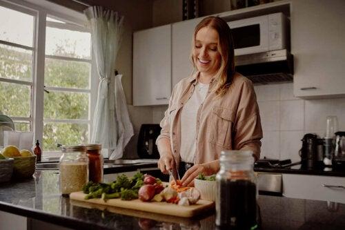 Kvinde laver aftensmad