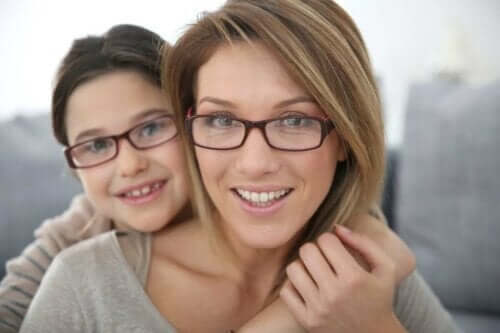 Kvinde og pige med briller