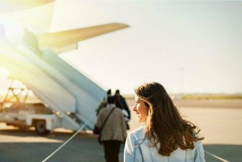 Kvinde udenfor fly