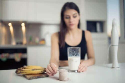 Kvinde laver smoothie med banan