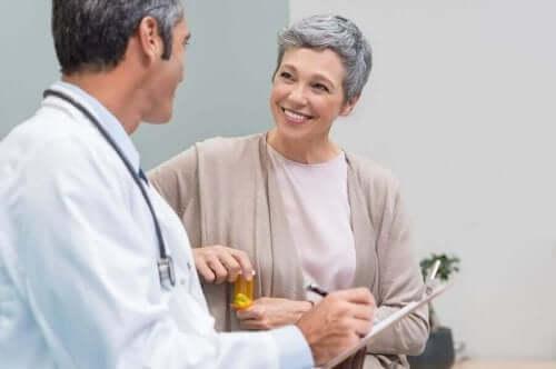 Kvinde taler med læge om østrogen