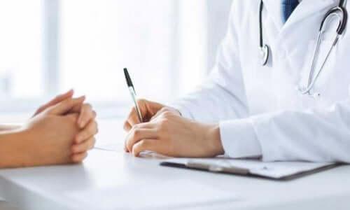 Læge taler med patient om at kontrollere crohns sygdom