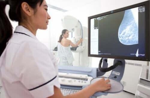 Mange beskriver mammografi som en irriterende procedure. Det tager dog kun et par minutter, og ubehaget er kortvarigt.