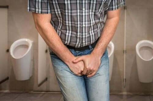 Mand tager sig til underliv på toilet og har brug for antibiotika mod urinvejsinfektioner