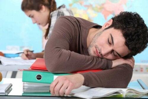 Mand sover i klasseværelse