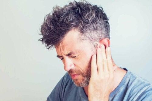Mand tager sig til øret grundet trykskader