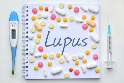 Lupus medicin, sprøjte og termometer