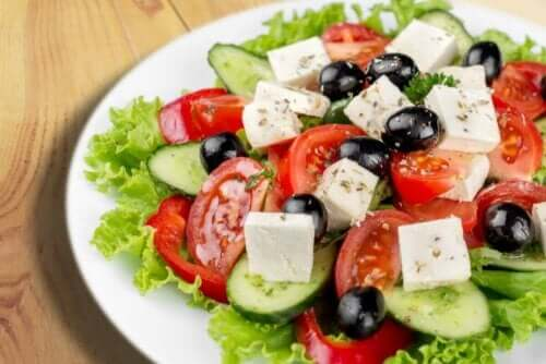 Salat med oliven og feta