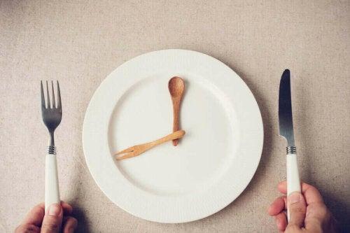 Visere på tallerken illustrerer tidlig aftensmad
