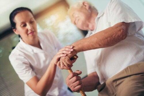 Ældre mand hjælpes af plejer