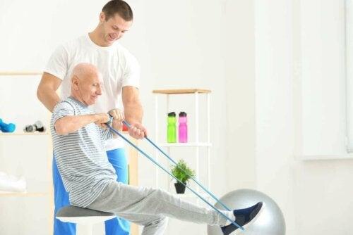 Ældre mand laver øvelser med elastik